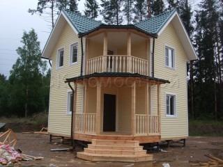 Каркасный дом с балконом и террасой